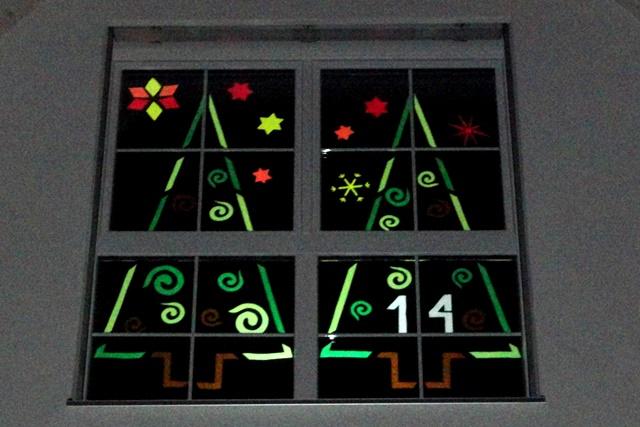 Traditionelles adventsfenster fantasiewerk - Adventsfenster gestalten ideen ...