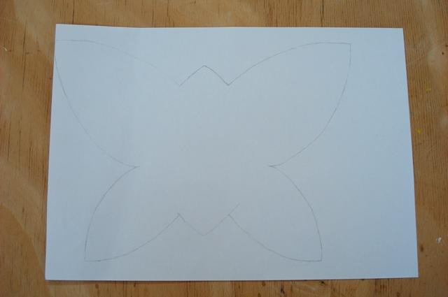Das gewünschte Motiv wird auf ein Blatt Papier gezeichnet.