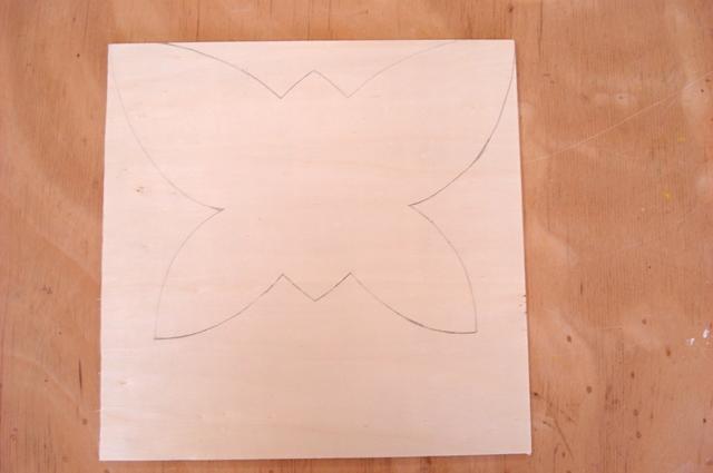 Der Schmetterling wird auf dem Holz eingezeichnet, mit der Laubsäge ausgesägt und fein geschliffen.