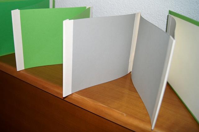 Mit Tesabändern werden die einzelnen A4-Seiten aneinander befestigt.