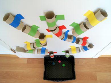 Kugelbahn aus Toilettenpapierrollen basteln: mit und für Kinder!