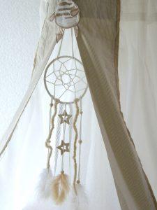 Mit dieser DIY-Anleitung geht der Traumfänger ganz einfach. Eine süsse Idee für das Kinderzimmer. | von Fantasiewerk