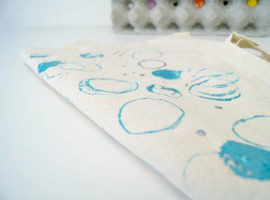 Eine Tasche mit Schrauben, Muttern, Dübeln und Rohren bedrucken. - Ein DIY Projekt für Jungs. | von Fantasiewerk