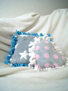 DIY Kissen zum Knüpfen und Knoten. Ganz einfach aus kuscheligem Fleece. Für das Kinderzimmer oder auch sonst ein Zimmer im Haus.   von Fantasiewerk