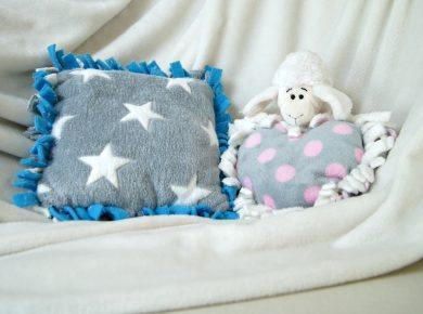 DIY Kissen zum Knüpfen und Knoten. Ganz einfach aus kuscheligem Fleece. Für das Kinderzimmer oder auch sonst ein Zimmer im Haus. | von Fantasiewerk