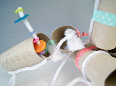 Kreativität von Kindern fördern durch Basteln mit verschiedenen Materialien, wie Toilettenpapierrollen, Knöpfen, Chenilledraht, usw. | von Fantasiewerk