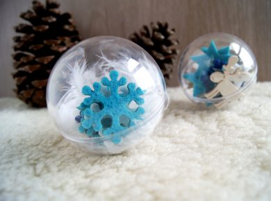 Weihnachtskugeln mit Kleinkindern dekorieren. Streuteile, Weihnachtsdeko und Federn kombinieren und in die Glaskugel füllen. Basteln mit Kindern von Fantasiewerk