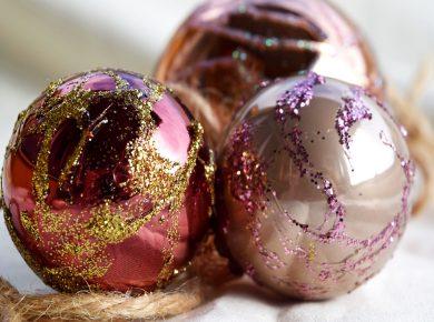 Weihnachtskugeln mit Kindern dekorieren. Kinder basteln mit Leim und Glitzer eine schöne Weihnachtsdeko für den Christbaum. | von Fantasiewerk