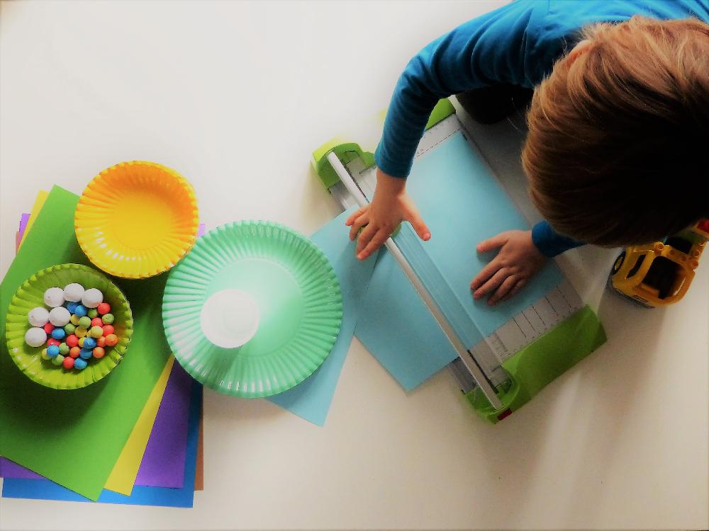 Easypeasy DIY: aus Papptellern bunte Clowngesichter basteln. Basteln mit Kindern | www.fantasiewerk.ch
