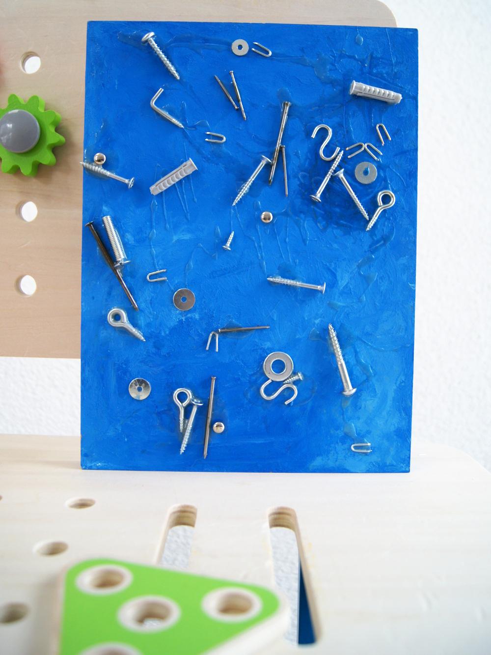 Bastelanleitung für kleine Bauarbeiter: Bild aus Schrauben und Nägeln herstellen. Kinder malen, leimen werkeln und entdecken | von Fantasiewerk #bastelnmitkindern #malenmitkindern