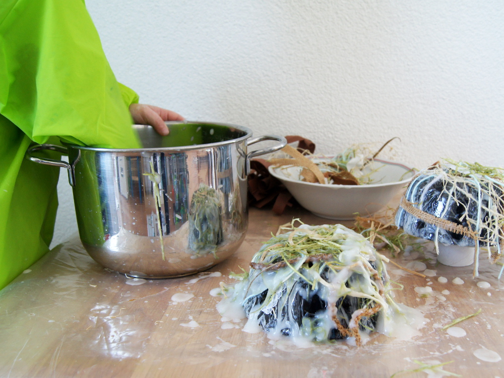 Osternest aus Naturmaterialien und Kleister mit Kindern basteln. Diese Bastelidee macht sich auch gut als Vogelnest. | von Fantasiewerk
