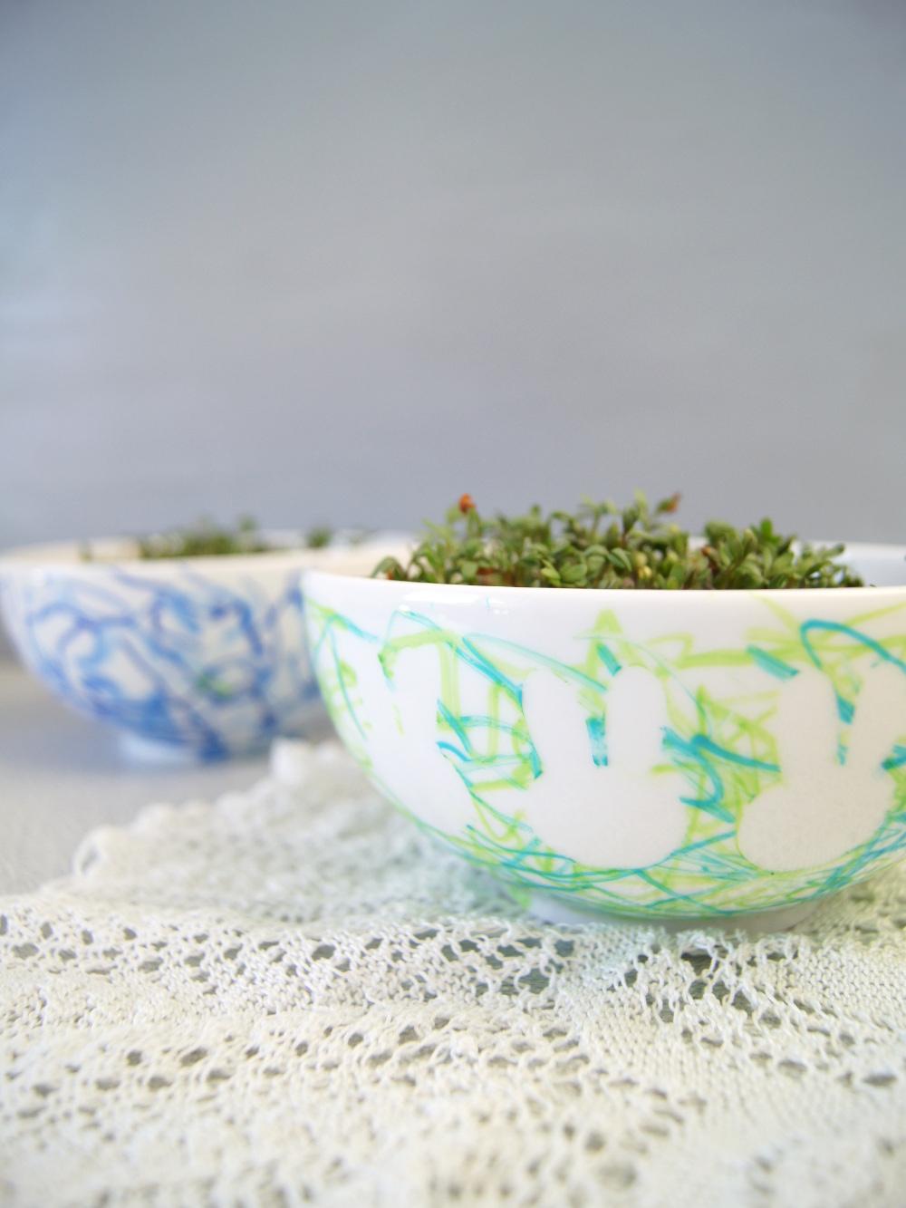 Porzellanschale mit Kleinkindern verzieren und mit Kresse bepflanzen. Basteln mit Kindern zu Ostern | von Fantasiewerk #kinderbasteln #ostergeschenk