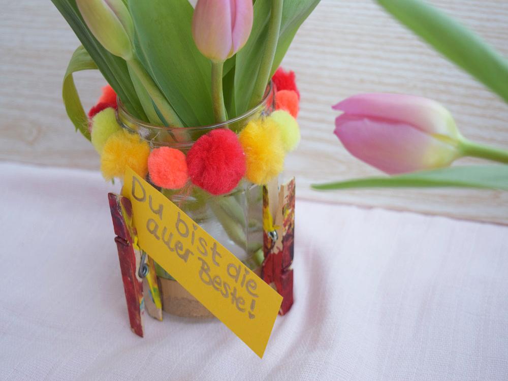 Schöne Vase für den Muttertag basteln mit Kindern. Geschenk selbermachen für Mama. | von Fantasiewerk