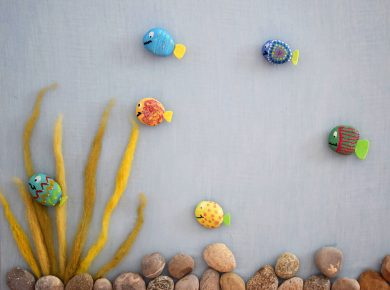 Anleitung zum Basteln einer Unterwasserwelt Pinnwand mit Steinen und Fischen | Basteln und malen mit Kindern | von Fantasiewerk