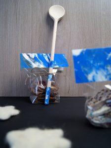 Weihnachtsgeschenke mit Kleinkindern basteln. - DIY Anleitung: Bruchschokolade machen und Kochlöffel bemalen.   von Fantasiewerk