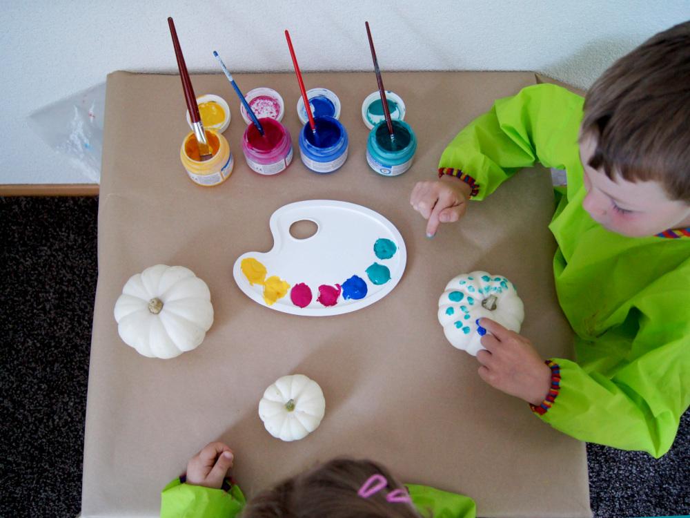 Inspiration zum Basteln mit Kindern | Was man mit Naturmaterialien im Herbst gestalten kann | Kleinkinder malen mit Fingerfarbe und dekorieren das Zuhause | von Fantasiewerk #bastelnmitkindern #herbstbasteln #kürbis #malenmitkindern