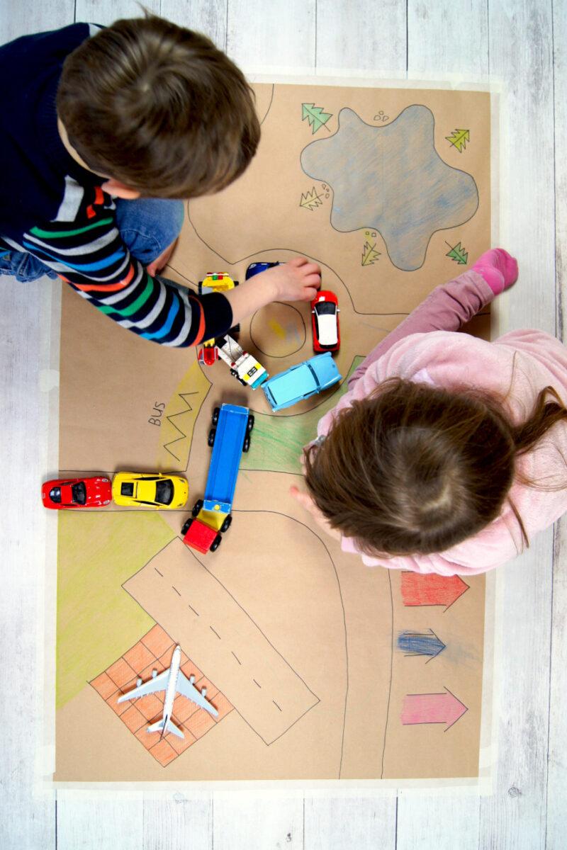 Strassenteppich selbermachen aus Packpapier und Farbstiften - Basteln und Malen mit Kindern | Spielideen zum Anti Quengel Buch | von Fantasiewerk