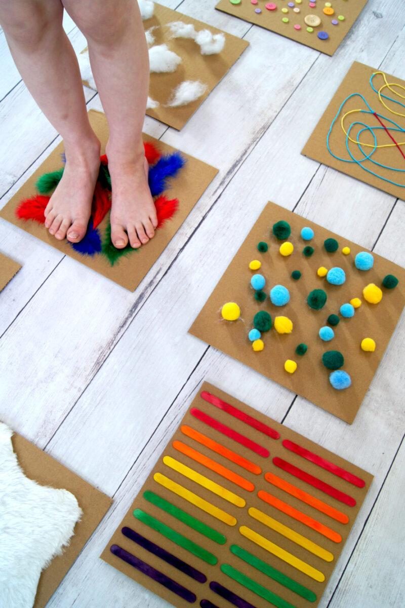 Barfusspfad #bastelnmitkindern aus Karton, Pompons, Eisstielen, etc. | Spielidee für Regentage | von Fantasiewerk