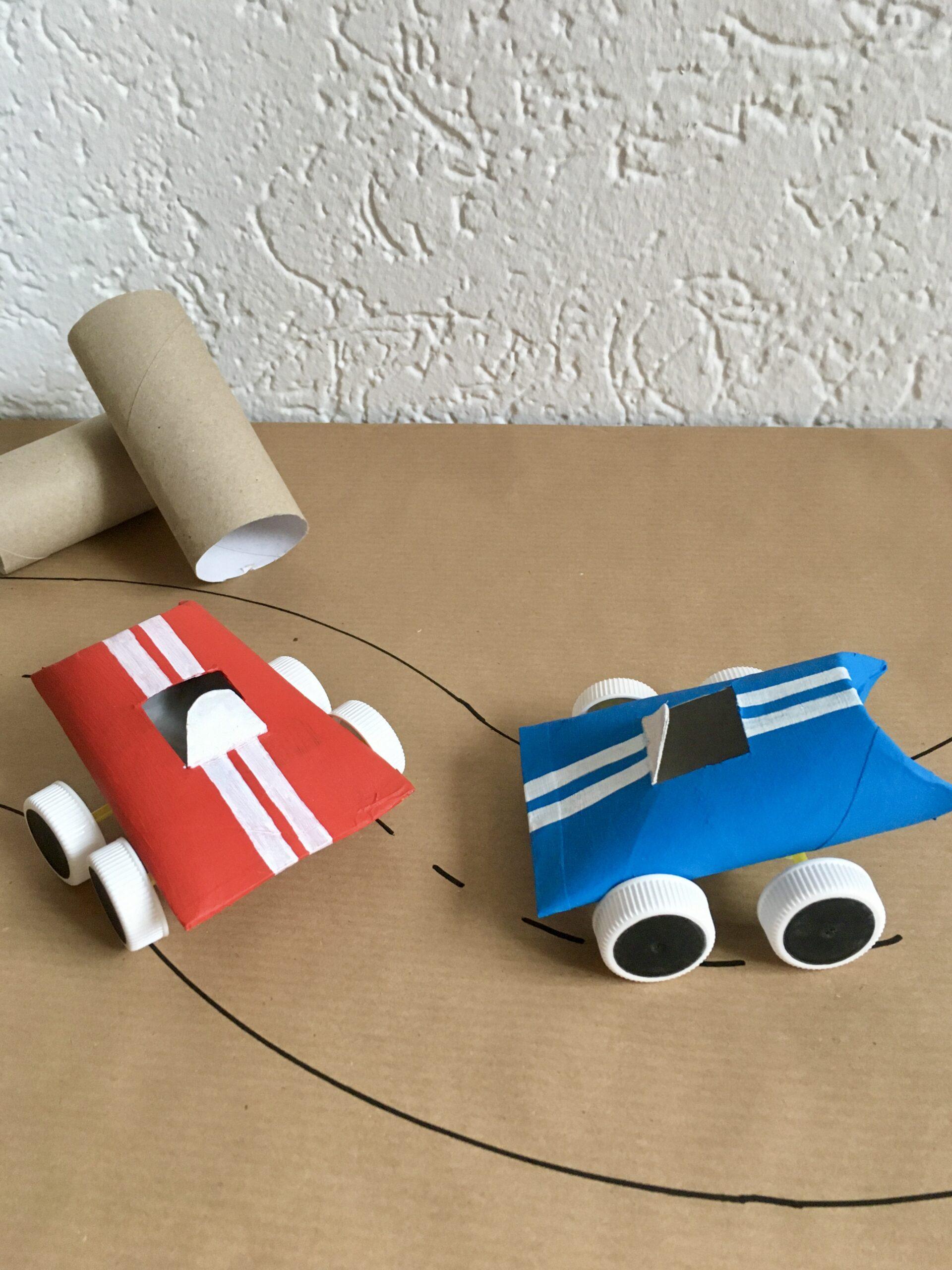 Anleitung: Rennauto basteln aus Toilettenpapierrollen, PET-Deckeln und Strohhalmen | #upcycling #bastelnmitkindern | von Fantasiewerk