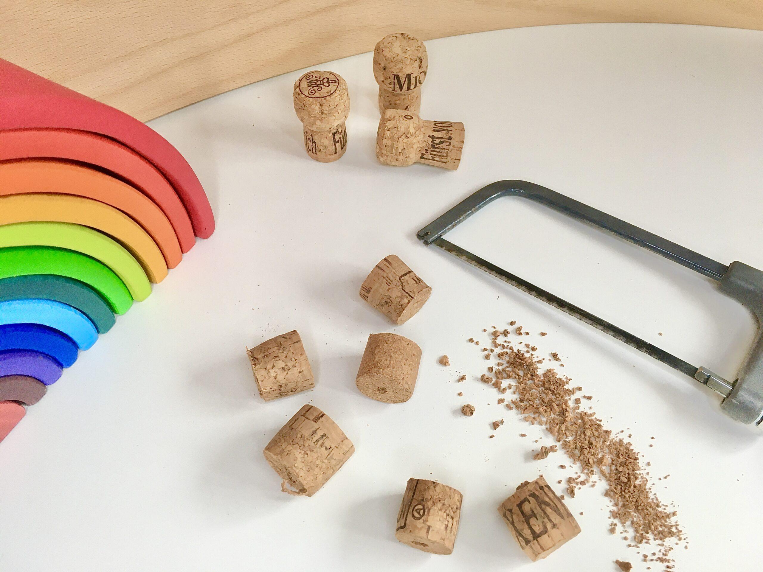 Regenbogen-Schlange aus Korken, Perlen, Spielzeug, #bastelnmitkindern #upcycling bunt, fantasiewerk.ch