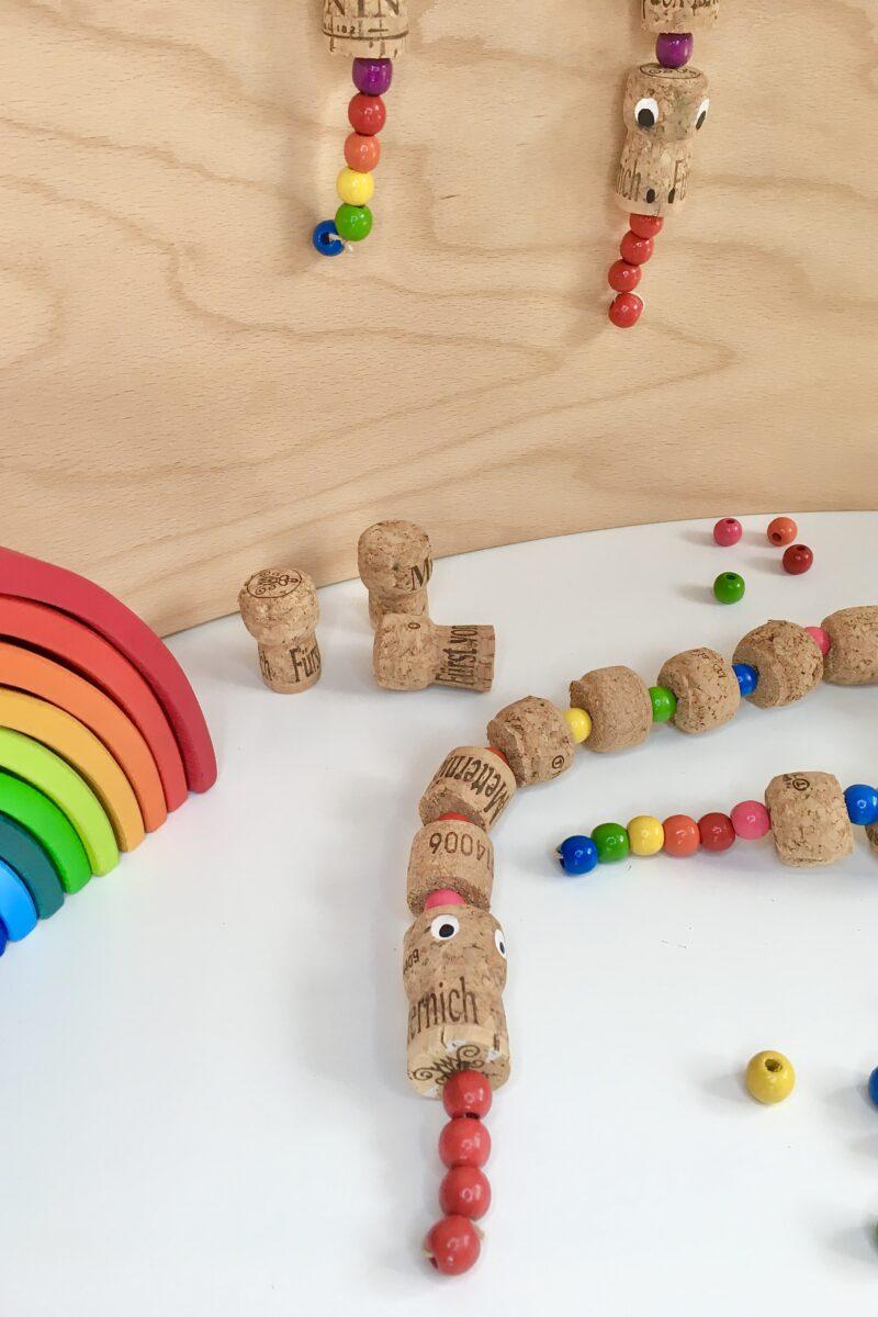 Regenbogenschlange selbermachen | #bastelnmitkindern aus Korken und Perlen | #diy #anleitung | von Fantasiewerk