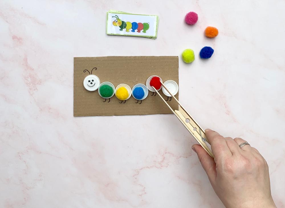 Raupe zum Farbenlernen mit DIY-Pinzette   Basteln und Lernen mit Kindern   von Fantasiewerk