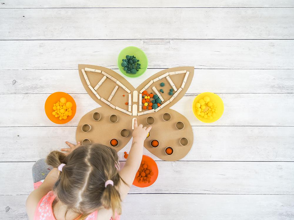 Schmetterling #upcycling | Anleitung zum Basteln und Spielen mit Karton Pompons und Farbe | #bastelnmitkindern